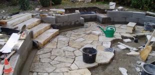 Zahradní jezírka: Pokládka pískovcové dlažby