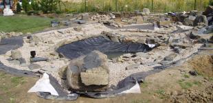 Zahradní jezírka: Stavba jezírka Babice - kamenivo je na místě