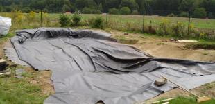 Zahradní jezírka: Stavba jezírka Babice - pokládka PVC folie