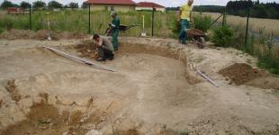 Zahradní jezírka: Stavba jezírka Babice - ruční modelace výkopu jezírka