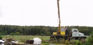 Zahradní jezírka: Stavba jezírka Babice - umístění velkých balvanů pomocí autojeřábu