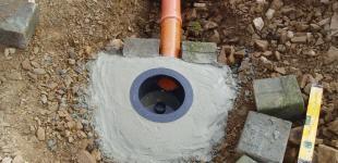 Stavba jezírka Líšnice - osazení gule (spodní nasávací bod filtrace)