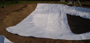 Zahradní jezírka: Stavba jezírka Líšnice - pokládka geotextílie