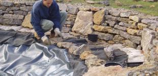 Zahradní jezírka: Stavba jezírka Líšnice - pokládka kameniva