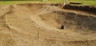 Zahradní jezírka: Stavba jezírka Líšnice - upravený výkop, vše připraveno pro pokládku geotextílie a PVC folie