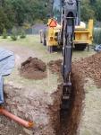 Stavba jezírka Líšnice - výkop drenáže a odkalovacího potrubí filtrace