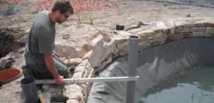 Zahradní jezírka: Stavba jezírka Železná - nivelace skimmeru