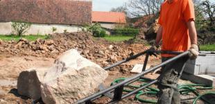 Zahradní jezírka: Stavba jezírka Železná - ruční manipulace balvanů