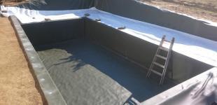 Zahradní jezírka: Stavba koupacího jezírka Klokočná - hydroizolace hotová