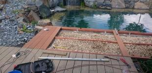 Zahradní jezírka: Stavba koupacího jezírka Klokočná - montáž mola z tropického dřeva Bangkirai
