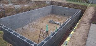 Zahradní jezírka: Stavba koupacího jezírka Klokočná - montáž ztraceného bednění