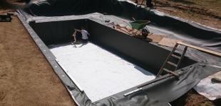 Zahradní jezírka: Stavba koupacího jezírka Klokočná - pokládka folie