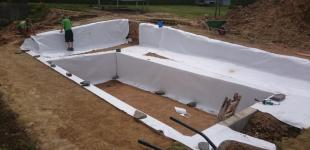 Zahradní jezírka: Stavba koupacího jezírka Klokočná - pokládka geotextílie