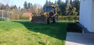 Zahradní jezírka: Stavba koupacího jezírka Klokočná - traktorbagr na místě