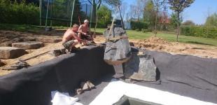 Zahradní jezírka: Stavba koupacího jezírka Klokočná - ukládání kamenů