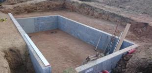 Stavba koupacího jezírka Klokočná - výkop a vyzdívka