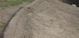 Zahradní jezírka: Stavba koupacího jezírka Mladá Boleslav - nivelace bžehu jezírka