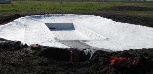 Stavba koupacího jezírka Předboj - Geotextílie svařena