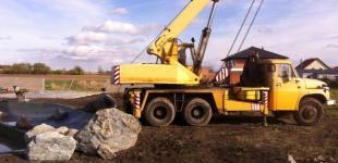 Zahradní jezírka: Stavba koupacího jezírka Předboj - bez jeřábu by to nešlo