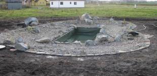 Stavba koupacího jezírka Předboj - kamenivo je na místě