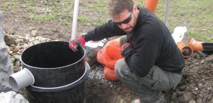 Zahradní jezírka: Stavba koupacího jezírka Předboj - montáž šachtice kaskády