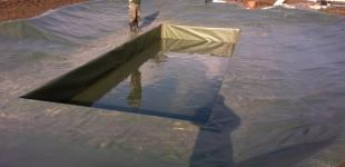 Zahradní jezírka: Stavba koupacího jezírka Předboj - pokládka PVC folie hotova