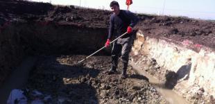 Zahradní jezírka: Stavba koupacího jezírka Předboj - spodní voda ve výkopu