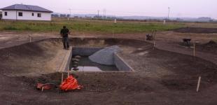 Zahradní jezírka: Stavba koupacího jezírka Předboj - teměř připraveno na hydroizolaci