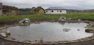 Stavba koupacího jezírka Předboj - voda napuštěna