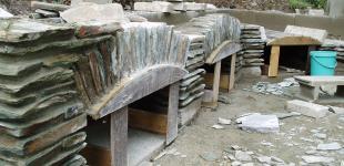 Zahradní jezírka: Stavba krbu a pergoly z břidlice