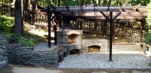 Zahradní jezírka: kameny krb hvozdy