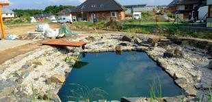 Zahradní jezírka: stavba koupacího jezírka Osnice - molo