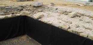 Zahradní jezírka: stavba koupacího jezírka Osnice - ukládka kameniva a kačírku02