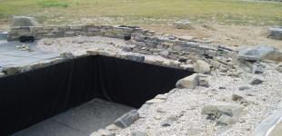 stavba koupacího jezírka Osnice - ukládka kameniva a kačírku03
