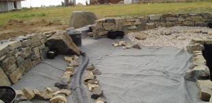 Zahradní jezírka: stavba koupacího jezírka Osnice - ukládka kameniva a kačírku