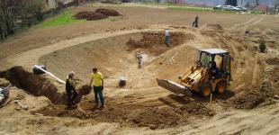 Zahradní jezírka: stavba koupacího jezírka Sázava - doladění výkopu