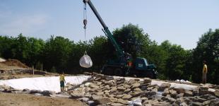 Zahradní jezírka: stavba koupacího jezírka Sázava - uložení kameniva a kačírku02