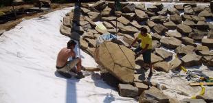 Zahradní jezírka: stavba koupacího jezírka Sázava - uložení kameniva a kačírku03