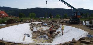 Zahradní jezírka: stavba koupacího jezírka Sázava - uložení kameniva a kačírku